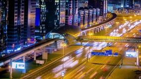 Metro Post met verkeer op de wegnacht timelapse in Doubai, de V.A.E Metro van Doubai stelt 40 km langs Sheikh Zayed in werking stock videobeelden