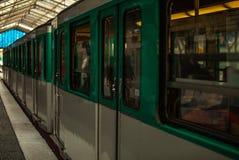 Metro post in Parijs, Frankrijk Metro van Parijs is het 2de grootste ondergrondse systeem wereldwijd door aantal posten Stock Fotografie