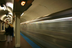 metro przechodzącego Obrazy Royalty Free