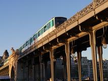 Metro przechodzi Bir Hakeim most Obrazy Royalty Free