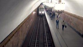 Metro Przyjeżdża Stacjonować Odgórnego widok, Moskwa, Rosja - 28 2017 Maj zbiory wideo