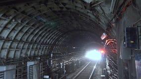 Metro que chega à estação do túnel filme