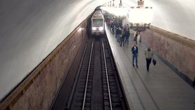Metro que chega para postar a vista superior, Moscou, Rússia - 28 de maio de 2017 video estoque