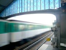 Metro que deja una estación con efecto de la falta de definición de movimiento fotos de archivo libres de regalías