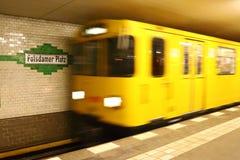 Metro que llega a la estación de Potsdamer en Berlín Imagen de archivo