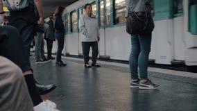 Metro que llega a la estación París, Francia metrajes