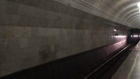 Metro que pasa la estación de tren almacen de metraje de vídeo