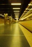 Metro que sae da estação Fotografia de Stock Royalty Free