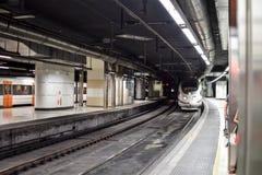 Metro que viene a una estación Foto de archivo