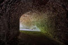 Metro sklepiał czerwonej cegły tunel pod zaniechanym Niemieckim fortecą Obraca tunel Obraz Stock