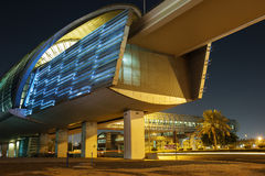 Metro stacja metru przy nocą w Dubaj Zdjęcie Stock