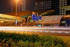 Metro stacja metru przy nocą w Dubaj, UAE Zdjęcia Stock