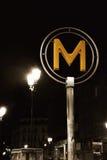 Metro teken in Parijs, die metro op ingang wijzen Stock Afbeelding