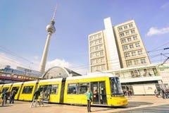 Metro tramwajowy autobus i lokalni ludzie przy Alexanderplatz w Berlin obrazy royalty free