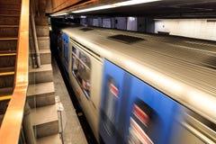 Metro trein die uit post meeslepen stock foto's