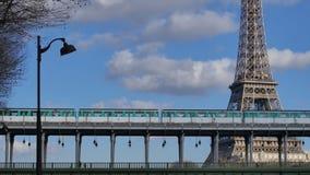 Metro trein-Eiffel toren-Parijs stock videobeelden