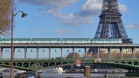 Metro trein-Eiffel toren-Parijs-Frankrijk stock footage