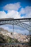 Metro Trein op de Brug van Dom Luiz in Porto Stock Foto