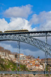Metro Trein op de Brug van Dom Luiz in Porto Royalty-vrije Stock Afbeelding