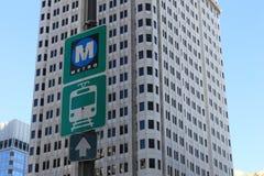 Metro und Bus Signage Stockbilder