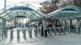 Metro van Istanboel ingang bij Kabatas-post met mensen die voor het tramspoor gaan Royalty-vrije Stock Foto's