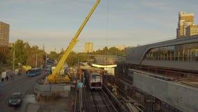 Metro van Moskou bouwwerf Kranen werken en treinen die door gaan Vernieuwing stock videobeelden