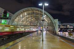Metro van nachtalexanderplatz Bahnhof post in Berlijn, Duitsland stock afbeelding