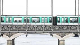 Metro van Parijs de Ondergrondse Trein die van het Metrosysteem Brug in Parijs doorgeven stock footage