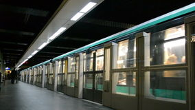 Metro van Parijs (Metropolitain) in Parijs, Frankrijk, stock video
