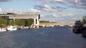 Metro verkeer en Frans Ministerie voor de Economie en de Financiën - Parijs stock videobeelden