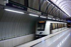 Metro właśnie przyjeżdżający Zdjęcia Royalty Free