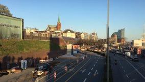 Metro y calle en Landungsbruecken en Sankt Pauli con Elbphilharmonie en el fondo en el sistema del sol almacen de video