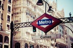 Metro-Zeichen auf unscharfer Stadt, Madrid Lizenzfreie Stockfotografie