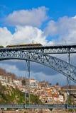 Metro-Zug auf der Brücke von Dom Luiz in Porto Lizenzfreies Stockbild