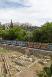 Metro ZugLine durch altes Agora Athens mit Akropolise herein Lizenzfreie Stockfotografie