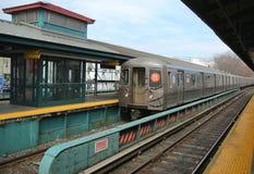 Metrob Trein die bij de Post van de Koningenweg in Brooklyn aankomen stock afbeeldingen