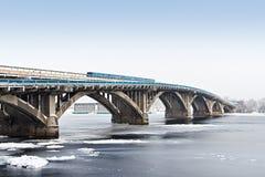Metrobrug in Kiev, de Oekraïne & x28; Kyiv, Ukraine& x29; Stock Fotografie