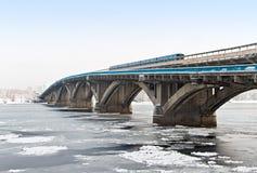 Metrobrug in Kiev, de Oekraïne & x28; Kyiv, Ukraine& x29; Royalty-vrije Stock Foto's