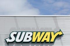 Metroembleem op een voorgevel stock foto's
