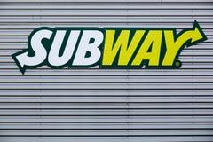 Metroembleem op een voorgevel Stock Afbeelding