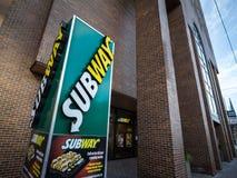 Metroembleem voor hun lokaal Restaurant in Ottawa, Ontario De metro is een snelle voedselketen gespecialiseerd in sandwiches en s royalty-vrije stock afbeeldingen