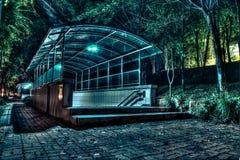 Metroingang bij Nacht Stock Afbeeldingen