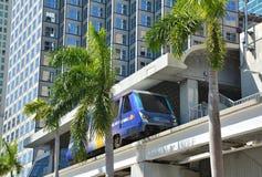Metromover drev i i stadens centrum Miami Arkivbilder