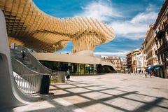 Metropol遮阳伞是被找出的一个木结构 免版税图库摄影