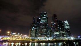 Metropoli di trasporto, traffico e luci confuse video d archivio