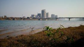 Metropoli vicino alla riva del fiume Fotografia Stock Libera da Diritti