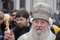 Metropolita Irenaeus uświęcać wodę Zdjęcia Royalty Free