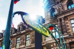 Metropolitain assina dentro Paris, França foto de stock