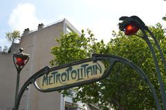 Metropolitain Paris tunnelbanatecken vid dag, closeup arkivbild