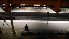 Metropolitana aspettante della donna Immagine Stock